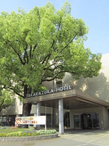 1926年、大正15年に創業の老舗ホテル。阪急今津線 宝塚南口駅より徒歩約1分、またホテルから徒歩約10分のところに宝塚大劇場があり、オフィシャルホテルとして認定されています。宝塚を鑑賞してから自然に囲まれのんびりした滞在を楽しんでもいいですし、神戸や大阪にも約30分で行ける観光でもお出かけしやすい立地です。