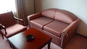 室内もレッドカーペットにストライプのソファーとレトロな雰囲気でまとめられています。大正ロマンを彷彿とさせるようなインテリアです。