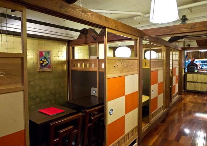 メディアでも紹介される有名な甘味処「あまみや」は、抹茶を使った和のスイーツが評判のお店。個室とテーブル席の他、こたつ席もあり、ゆっくりとくつろぐことができます。