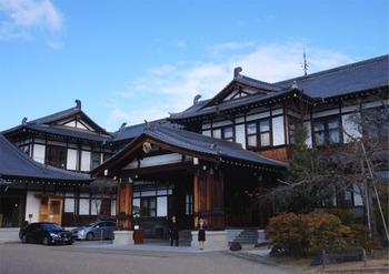 1909年、明治42年に創業した奈良ホテルは関西の迎賓館とも言われ国内外からのVIPにも愛されてきた由緒あるホテルです。歴史が感じられる本館は東京駅を設計した建築家、辰野金吾氏が手がけました。JR奈良駅から徒歩約25分、近鉄奈良駅から徒歩約15分と鉄道駅からは少し離れていますが、奈良交通バスで奈良ホテル前で下車するとすぐです。興福寺がすぐそばにあるので観光がてら見物してから向かうのも◎