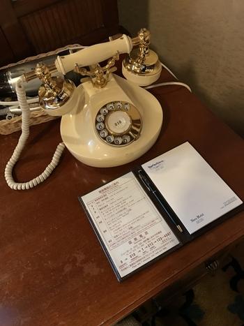 本館のお部屋は電話までもがこんなレトロな仕様になっています。携帯電話やスマホでつながるのがあたり前の昨今、ダイヤル式の電話なんて滅多に見かけないので、ついどこかにかけたくなっちゃいますね。