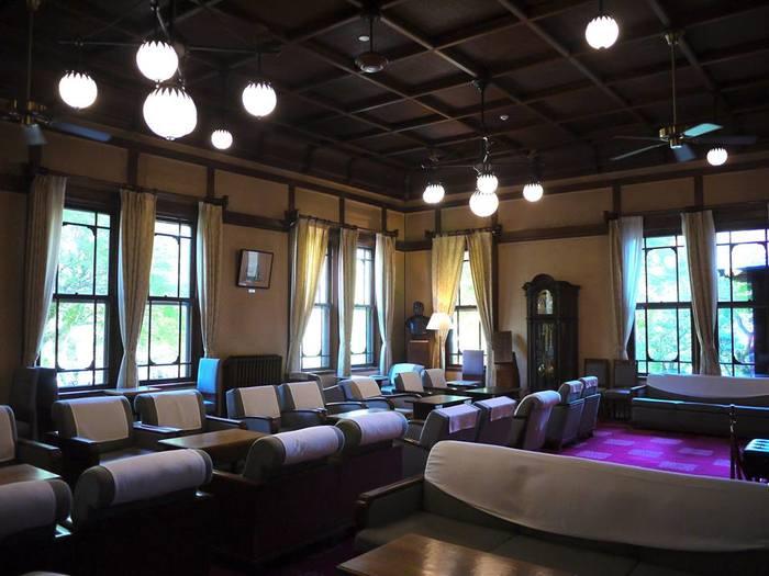 ホテルのティーラウンジは古時計とどっしりとソファーが並び、まるでタイムスリップしたような気分になるかも?ここでゆっくりコーヒーを飲みながら読書したり、ほっと一息つきたいです。
