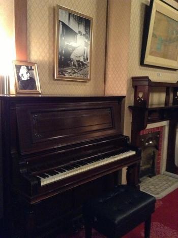 和風建築でありながら、暖炉やピアノがあったりと洋風の雰囲気が随所に感じられます。このピアノは上に置かれた写真でもわかるようにアインシュタインが弾いたピアノだそうです。戦後は混乱が続き、当時の従業員がピアノを守ろうと大阪の倉庫に避難させて以来、ずっと眠ったままでしたが、2009年に晴れてこの奈良ホテルにまた戻ってきたのだそうです。
