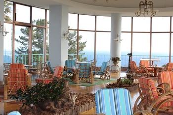 カフェルームはぐるりと開放的な大きな窓から、眺め抜群のオーシャンビューが叶います!リゾート感たっぷりの雰囲気の中で頂くコーヒーやケーキ、サンドイッチは格別なお味です♪