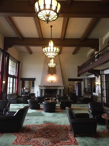 1936年、昭和11年の創業当時のものも多く使われており、リゾートホテルでありながらもクラシックホテルであることが実感できます。暖炉の上に飾られたホテルのエンブレムは、海外の紋章を参考にして創業当時に製作されたそう。照明はアンティークガラスで作られており暖かな光りでロビーを照らしてくれます。