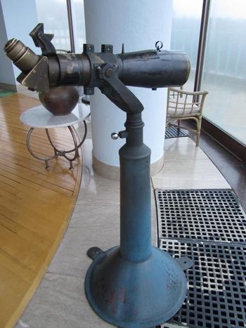 観光地ではよく望遠鏡を見ることがありますが、ここまでレトロで貴重なものがホテル内にあるって珍しいですよね。今まで何人の方々が覗いてきたんでしょう。もちろん現在もこちらを使って遠くを見渡すことができますよ!