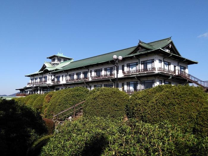 東京から新幹線を使って最短約1時間40分、大阪から新幹線で約2時間、JR名古屋駅から約40分の愛知県蒲郡市にある蒲郡クラシックホテルは創業から100年以上の歴史を誇る由緒あるホテルです。国の天然記念物に指定されている「竹島」や三河湾の美しい景色が楽しめる高台にあります。