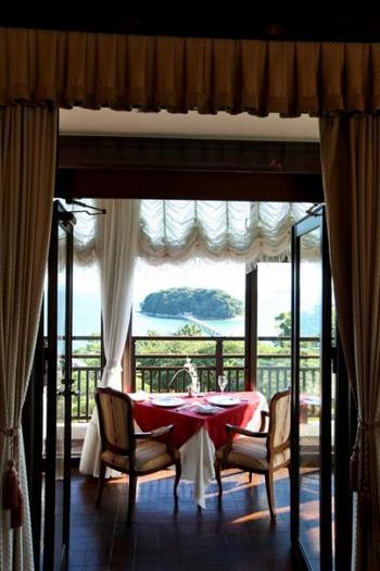 フランス料理が頂ける「メインダイニングルーム」は、重厚なカーテンに囲まれた素敵なレストランです。三河湾の美味しい食材を竹島の景色を見ながら頂けるなんて最高の贅沢!