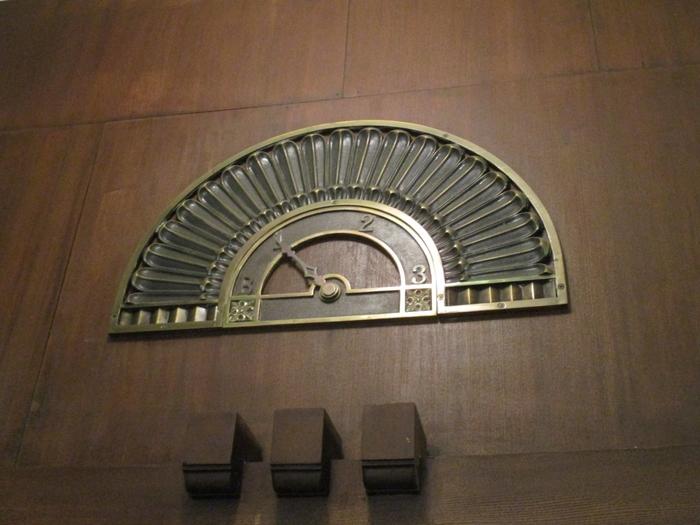 エレベーターの階数を表示するのはデジタルではなくアナログ表示。こちらは創業当時から使われている指針盤だそうで、あたたかみがあります。
