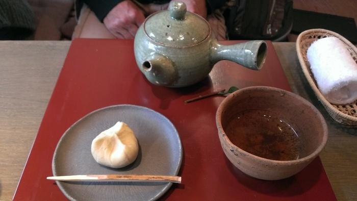秋冬のお楽しみの栗きんとん♪ こちらの加賀棒茶は一番摘みの茎を丁寧に炒りあげているので、変な苦味もなくすっきりとした味わいで和菓子との相性も抜群です。