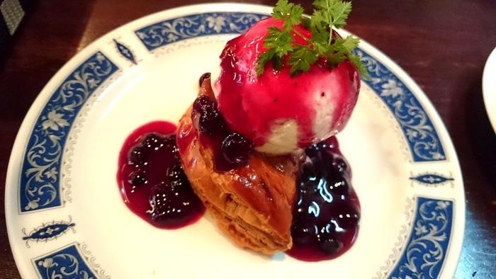 手作りのアップルパイにバニラアイスをのせた「あつあつアップルパイ」もおすすめ。熱々と冷たいが同時に味わえる絶妙な美味しさ!サクサクのパイはコーヒーとも相性◎季節限定のスイーツもあるので、ぜひ味わってみてください♪