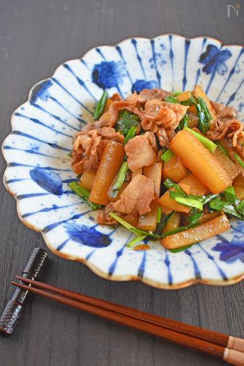ニラやにんにくと共に炒めた、スタミナ炒めのレシピです。大根は細めに切って蒸し焼きにすることで、あっという間の10分で完成!濃いめの味付けでご飯が進みます。
