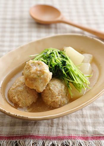 出汁を用意できない時は、白だしを使ったこちらのレシピを活用してみて!片栗粉でとろみをつけた出汁に、手作りの鶏団子。身も心も温まりそうです。