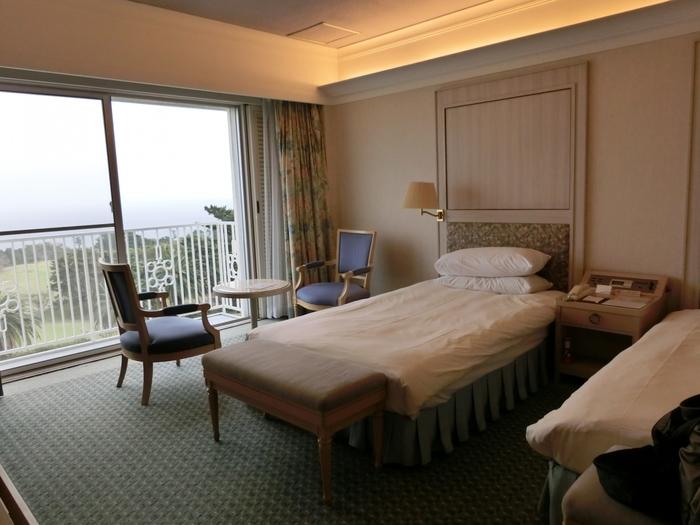 窓を開けると、海風が心地いい。ゆったり落ち着いたお部屋で寛ぎのひとときを。アメニティも充実しています。