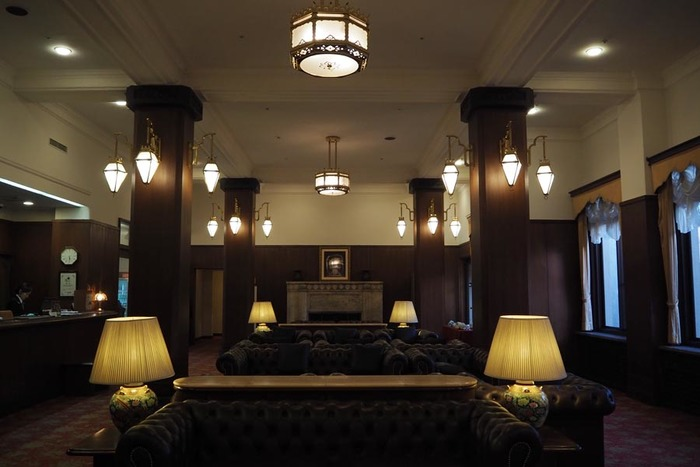 クラシックホテルとは特に明確な定義はないものの戦前の建物を利用したホテルや戦前から営業しているホテルを指す事が多いようです。今回は、『日本クラシックホテルの会』に加盟している『奈良ホテル』、『川奈ホテル』と『蒲郡クラシックホテル』の3軒と2020年に今現在の建物での営業は終了することが決まっている『宝塚ホテル』をご紹介していきます。