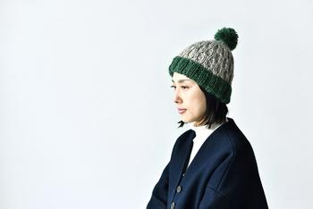 1本の毛糸でいろいろな太さが楽しめるメランジスラブで編むニットキャップ。シンプルなデザインですので、作りやすく、またいろいろなファッションに合わせやすいのもいいですね。写真のベージュ×グリーンのほか、ネイビーもあります。