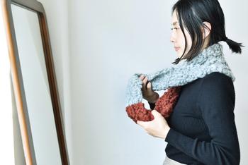 こちらのキットは、もこっと立体的な作りの模様編みのスヌード。起毛させた太い糸を何本も合わせることで、ふかふかとエアリーな肌ざわりに。初級向けですので、慣れていない方にぜひおすすめ。ライトグレーとマホガニーの色のコンビネーションが素敵。