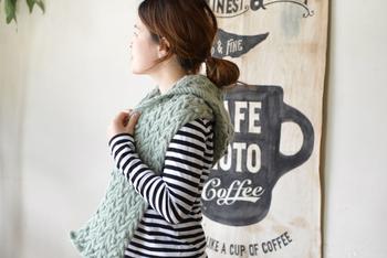 このマフラーのキットは、ウールの中でも最高級といわれるメリノウールを使用。ぽこっとした玉編み目が愛らしいフード付きです。ミント単色のものと、カラフルなミックスの2種類。お好きなファッションに合わせて選べます。