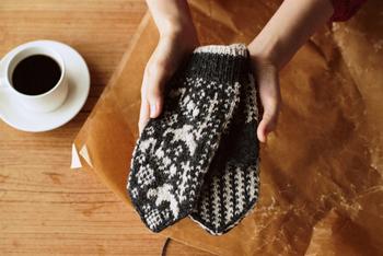 こちらのキットは、シェットランドウールで編む、鳥とすずらんをモチーフにしたミトン。少し編み物に慣れてきた人におすすめの中~上級向けのキットです。使い込むうちに、ウールがフェルトのように変化し、肌になじんでいくそうです。