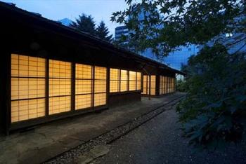 夕暮れの旧井上房一郎邸も趣があって素敵。美術館は冬期は閉館時間が変わるので、見学する際はホームページをチェックしてから訪れると安心です。