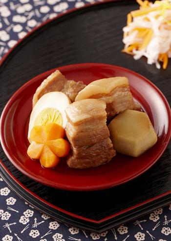 【お祝い角煮】 ねじり梅のにんじんは煮物に使うのが定番です。ねじり梅のにんじんがあるだけで華やかな雰囲気になり、お料理にきちんと感が生まれますね。