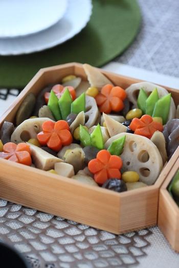 にんじんを飾り切りにすると、素朴な煮しめも上品で華やかな印象に。今回は、覚えておきたい「飾り切り」についてご紹介します!