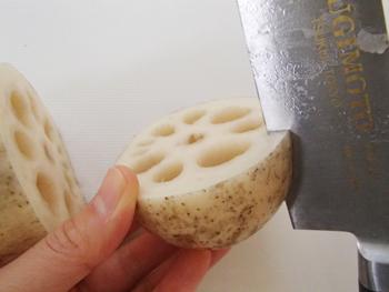れんこんの穴と穴の間に切りこみを入れてV字に切り取り、花の形にしたら完成です!