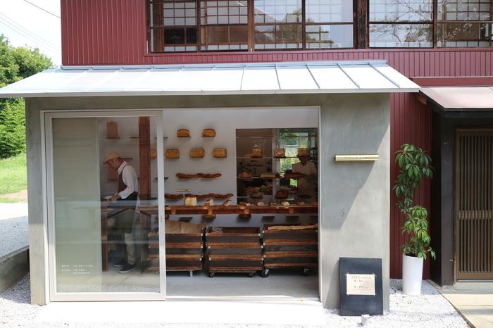 山名駅から約100mの距離にある、国産小麦と天然酵母を使った赤ちゃんから大人まで安心して食べられるパンとして人気のある「ピッコリーノ」。