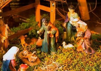 馬小屋の飼い葉桶に横たえられた赤ちゃんイエズスと、贈りものを携えて駆け付けた東方の三博士のフィギュア。聖フランチェスコが始めたと言われるジオラマ「クリスマス・プレゼーピオ」が再現されています。  クリスマスはミサに出かけ、家族でお祝いするカトリックの総本山の国らしい飾りつけです。