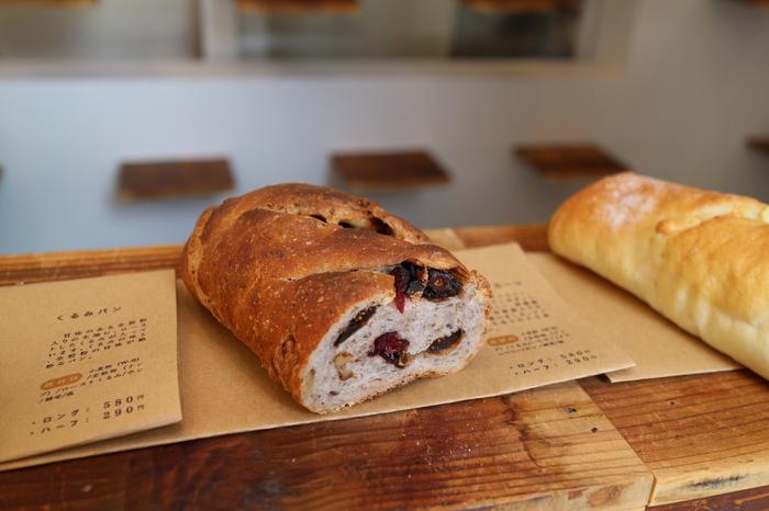 小麦の美味しさを味わえる食パン、食塩量を通常の半分以下に抑えた減塩パン、長時間かけて焼き上げるカンパーニュなど、どれもやさしく美味しいパンがいっぱい。画像のレーズンパンは、一度煮沸して汚れを落としたレーズンが小麦粉の50%も配合されているやさしい甘さが特徴の贅沢なパンです。