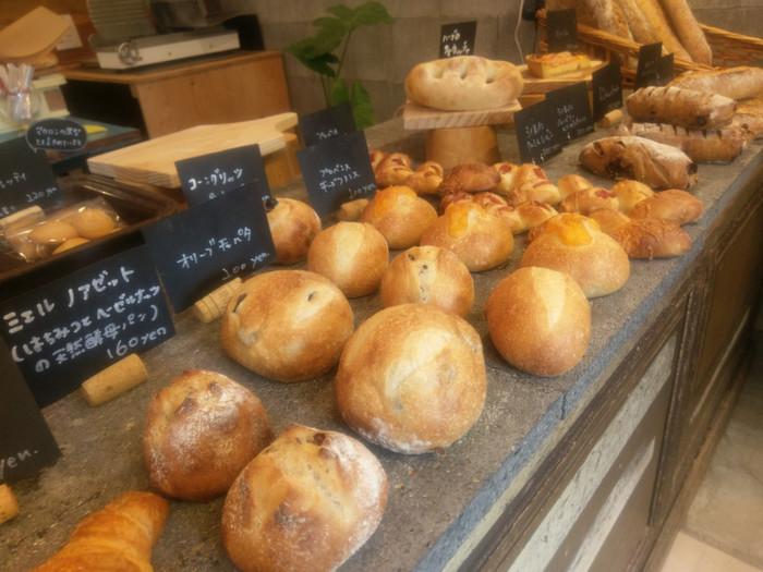 店内にずらりと並ぶ美味しそうなパンは、フランス出身のパン職人が作る本格的な味わい。カフェでランチをとったあと、お土産に購入するのも良さそう。