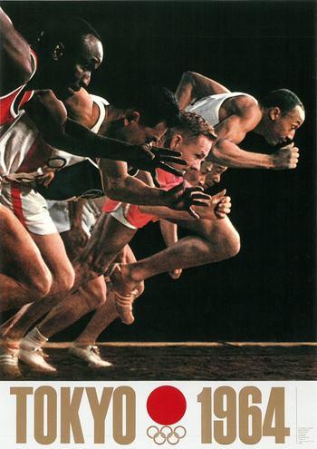 陸上選手のスタートダッシュの瞬間を収めた、東京オリンピック公式ポスター「第2号」。スポーツ競技の臨場感や緊迫感を見事に表現した本作品は、日本デザイン史に残る傑作と評されています。 (1964年 東京オリンピック 公式ポスター第2号)