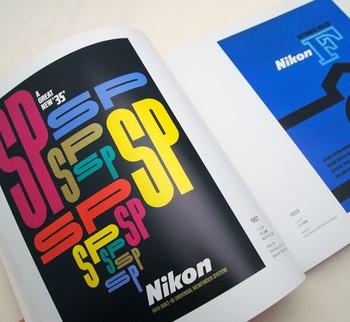 鮮やかな色彩と斬新なデザインが目を引くニコンのポスター。1950年代に製作されたこちらの作品は、時代を経ても古さを全く感じさせず、大胆な構図や繊細なディテールなど、今見ても新鮮に感じます。 (左:1957年 ニコンSP、右:1959年 ニコンF)