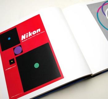 赤と黒のコントラストが美しいニコンのポスター。現在のニコンのロゴマークの原型である「Nikon」の文字は、1955年に亀倉さんがポスター用にデザインしたそうです。 (1955年 ニコン ポスター)