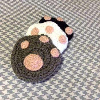 こちらは、肉球のアクリルたわし。可愛いですね。二重になっていて丈夫なので、鍋を洗うのも便利。