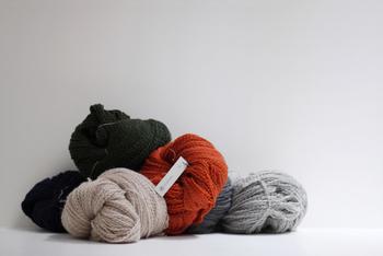 ウールの中でも最上級のメリノウールに、少し撚りをかけた、柔らかくて軽い毛糸。原毛に近い風合いでチクチク感もなく、優しい肌ざわりです。上質な毛糸を使うことで、シンプルなハンドメイド作品もリッチな仕上がりになります。