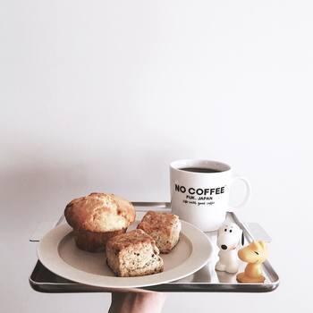 コーヒーはいつもハンドドリップで。マフィンとスコーンは、北海道の函館にある「ロカ」からお取り寄せしたものだそう。kaeさんのおやつへのこだわりが感じられますね♪「NO COFFEE」と書かれたマグや、添えられたスヌーピーやウッドストックたちで遊び心もプラスして。