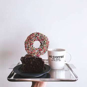 近所のパン屋さんで購入した見た目も華やかなドーナツ。ドーナツも普通に食べてしまうより、こんな風にデコレートすると、よりおうちカフェを楽しめますね。