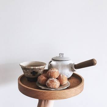 豆皿に乗ったあんドーナツと、素敵な茶器で、和のコーディネート。そのおやつに合わせて、いちばん美味しそうに見える手法で撮影されていますよ。