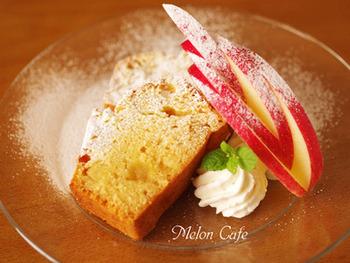 フルーツも飾り切りをするとカフェのような雰囲気をを演出できます♪このリンゴは「木の葉」という飾り切りで、V字の切りこみを入れ、最後にずらすことで完成します。木の葉のリンゴを添えれば、ケーキがワンランクアップしてカフェっぽくなりますね♪