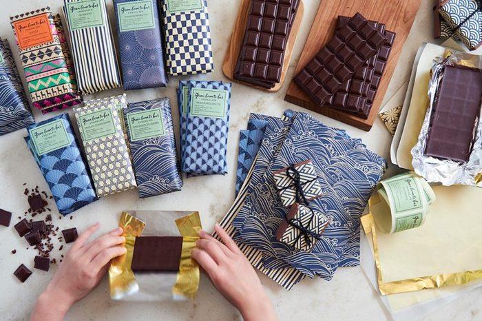 カカオ豆の原産国はいろんな種類があり、その国にちなんだ柄の和紙でラッピングされたバーチョコレートが理路整然と並んでいます。素敵。