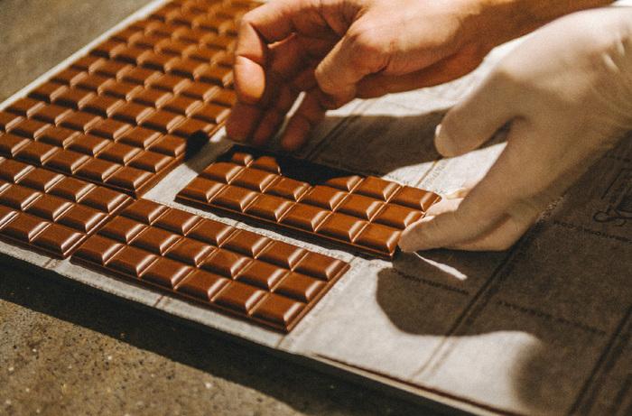 表面のツヤは、グリーンビーントゥバーチョコレートの手作業ならではの美しさです。