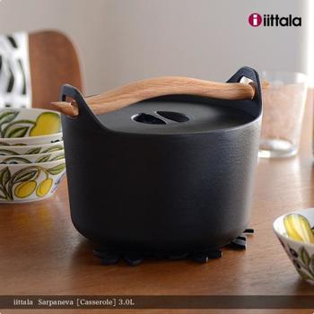 「iittala(イッタラ)」のSarpaneva(サルパネヴァ)キャセロールは、1960年代に販売されていた鍋の復刻版で、映画「かもめ食堂」で使われていたことで人気に火が付きました。なんといっても、持ち手の斬新なデザインが特徴。木のハンドルを穴に通して持ち上げるオリジナリティ溢れるデザインは、使っていてワクワクしますよ♪