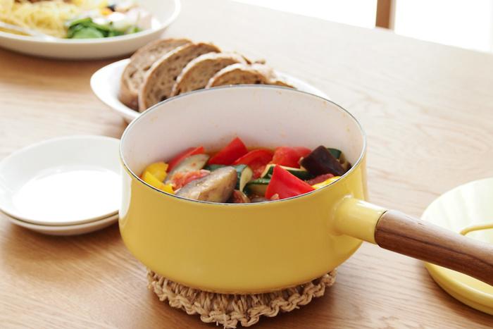 チーク材でできたハンドルは、ナチュラルで温もりのある雰囲気を与えています。ハンドルは取り外せるので、使用後に洗いやすいのも魅力。料理を作ったらテーブルに鍋ごとサーブして、食卓をおしゃれに演出しましょう♪