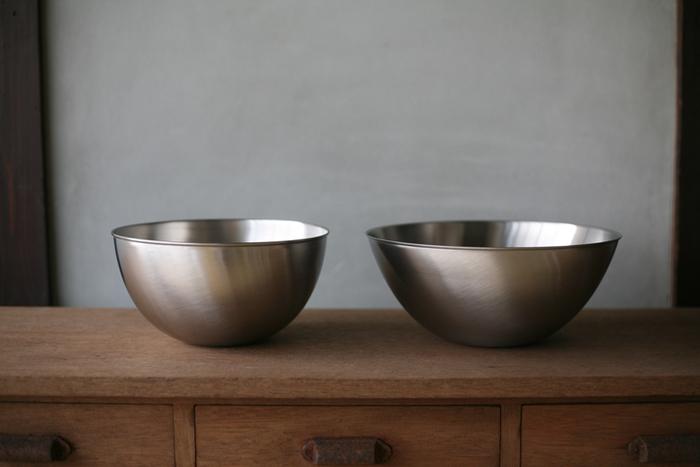 世界的デザイナー・柳宗理氏は、多くのキッチンツールのデザインを手掛けていますが、なかでもステンレスボールは名品として愛されています。キッチンに置いているだけで絵になる、洗練されたシンプルなデザイン。18-8ステンレスを使用したボールはマットな質感が美しく、傷も目立ちにくいのもポイントです。