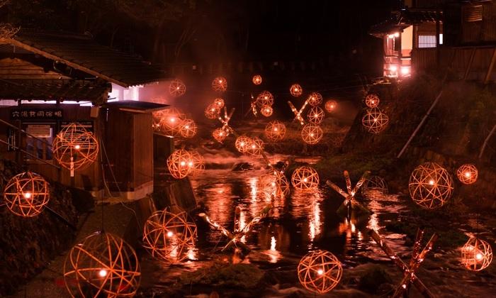 毎年恒例になりつつある「湯あかり」。今年は、12月22日から2018年4月1日まで開催されます。日没から22時まで、黒川温泉街が竹灯籠や灯籠の温かな灯かりに包まれます。