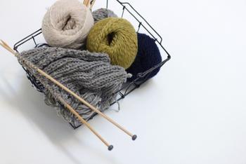 手編みのニット小物、いまからでもまだまだ活躍します。まだ体験していない方も、ぜひハンドメイドしてみませんか?きっと手離せない愛着のアイテムになりますよ。