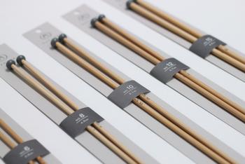 国産の孟宗竹を使用した玉付き2本針。毛糸を刺してしまわないように針先が丸めになっており、また滑りもちょうどいい状態に工夫されています。