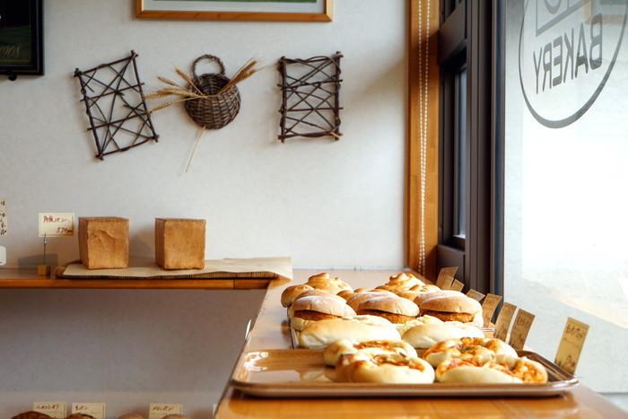 明るくシンプルにまとまった居心地の良い店内に並ぶパンもシンプルな見た目ながら、パン本来の美味しさを実感できそう。