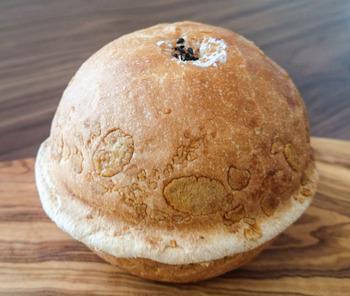 まん丸の見た目からして可愛らしいパン。表面のサクサクのフレークの食感と、中の粒あんとホイップクリームの絶妙な味わいに、大きめのパンにも関わらずペロリといただけそう。